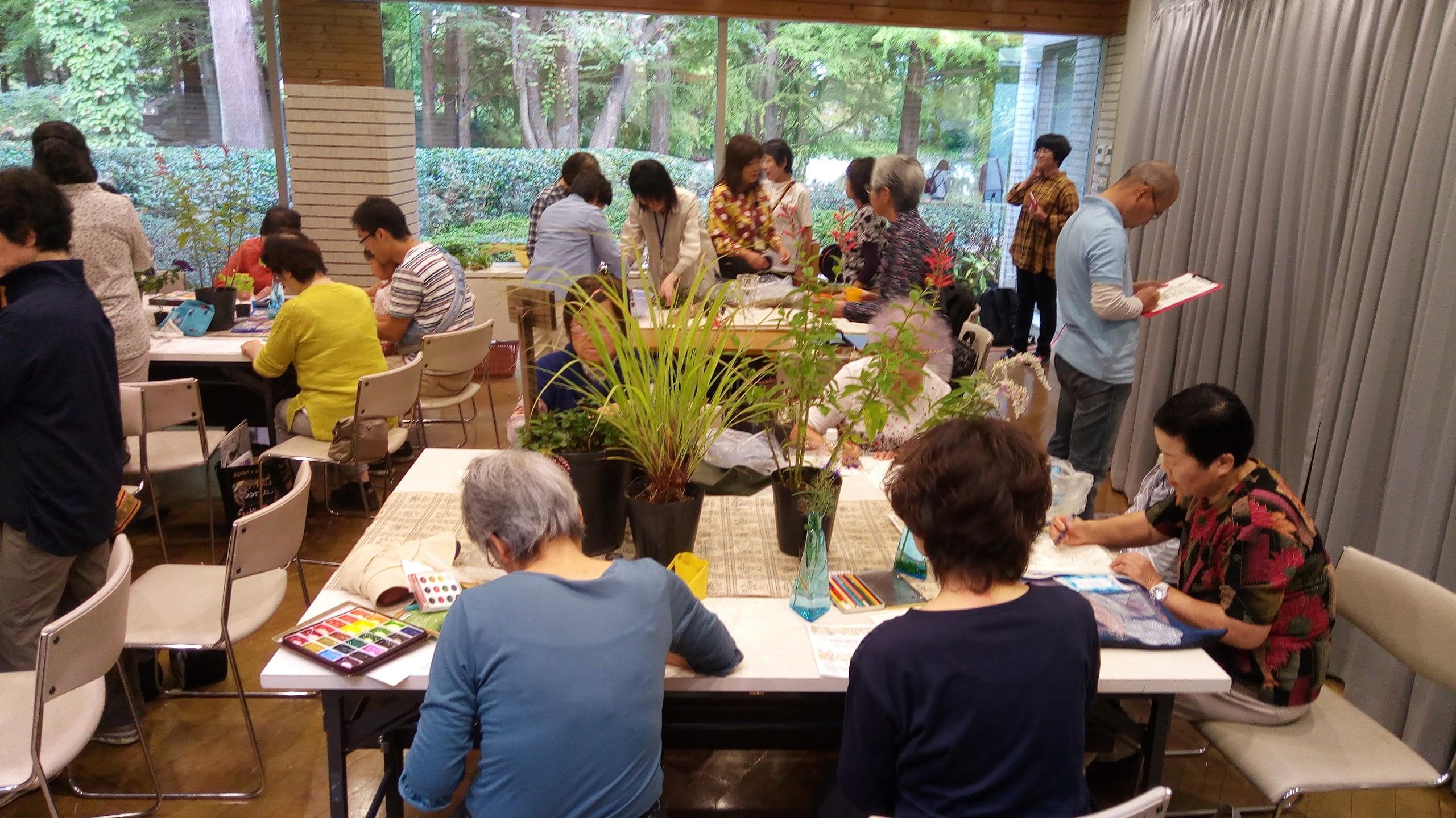 ハーブを観察し、思い思いに絵を描く参加者@水戸市植物公園